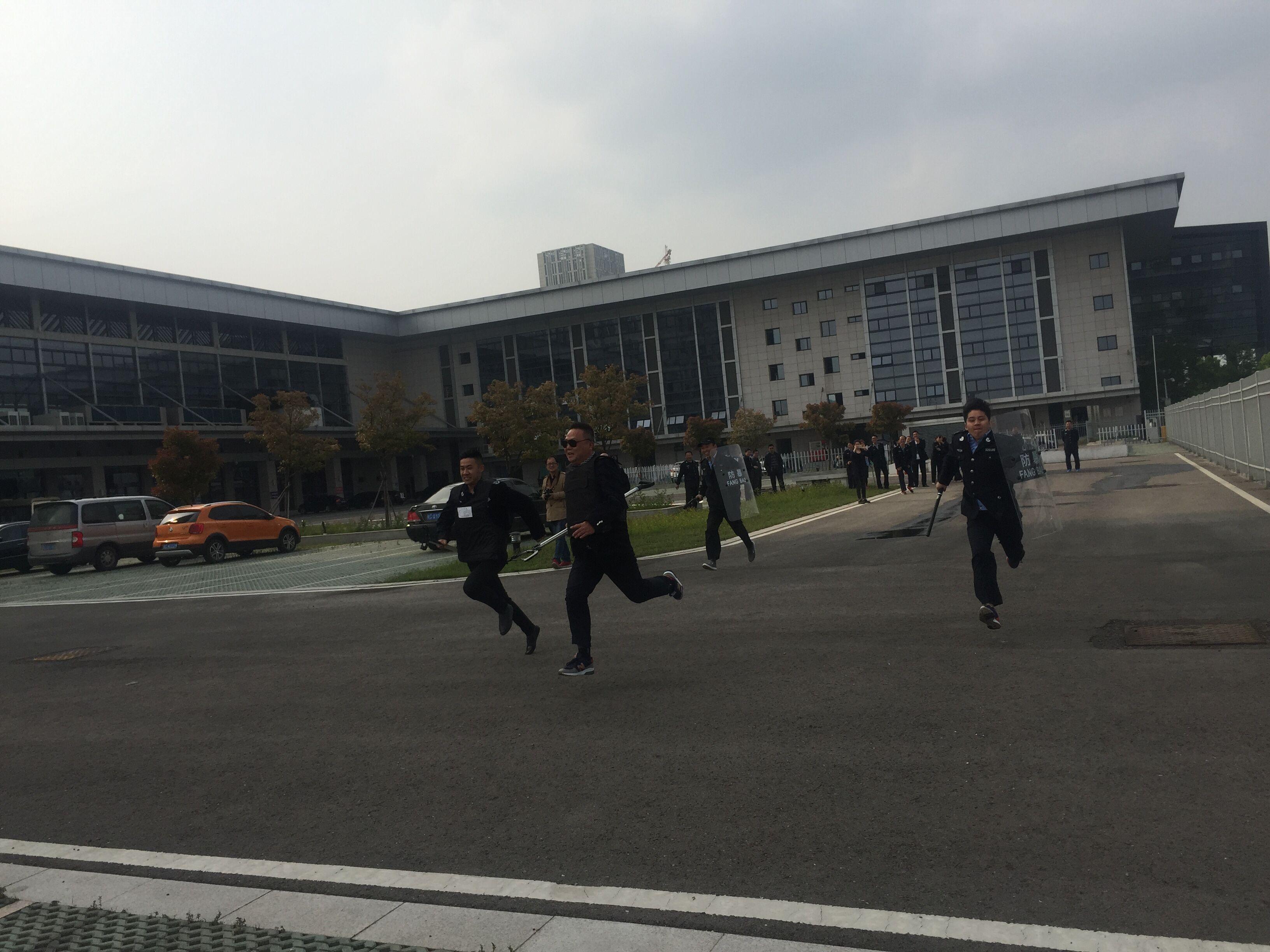 �C(zong)合站�e(ju)行反恐防暴暨消防技能比�